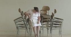 Mujer sentada en una silla y durmiendo